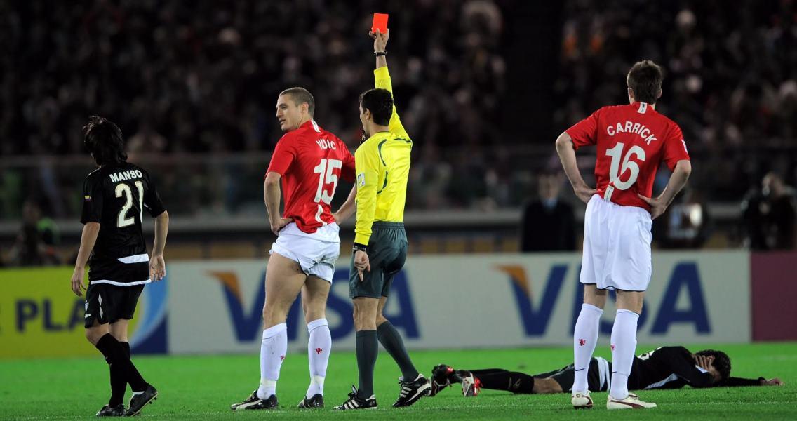 футболист получил красную карточку